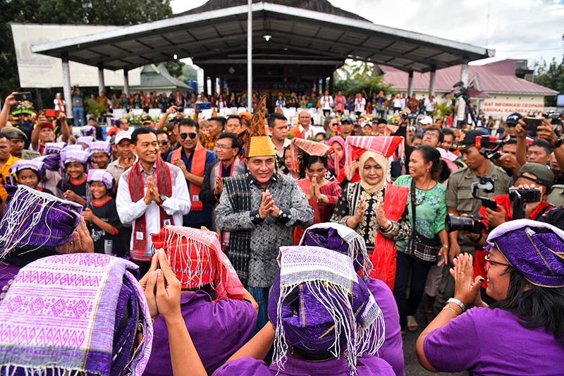 Festival Danau Toba Dibuka, 1.024 Orang Pakai Bulang Sulappei Pecahkan Rekor MURI