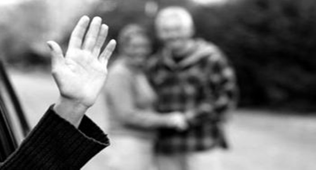 Hukum Melambaikan Tangan Saat Mengucapkan Salam