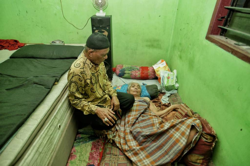 Kunjungi Warga Sakit, Akhyar : Harus Ikhlas dan Kuat