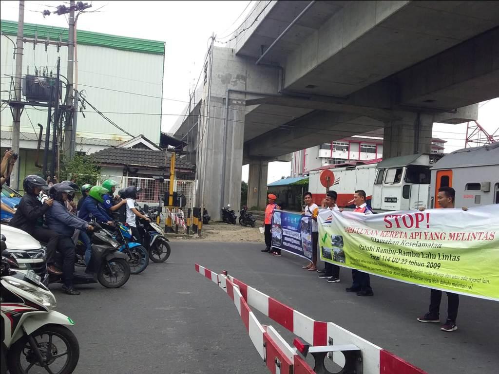 Kurangi Kecelakaan, PT KAI Divre I SU Sosialisasi Di Perlintasan Sebidang