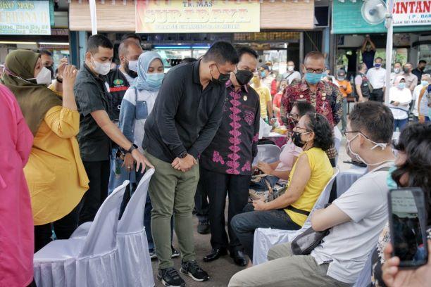 Walikota Medan Saksikan Pedagang di Pasar Sei Sikambing Divaksin